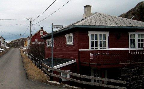Huset i Uraveien i Skrova skal nå rives og alle oljeholdige masser i grunnen fjernes og erstattes med nye.