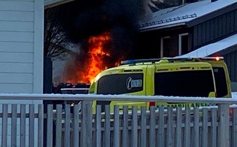 DRAMATISK: Det brant kraftig i bilen