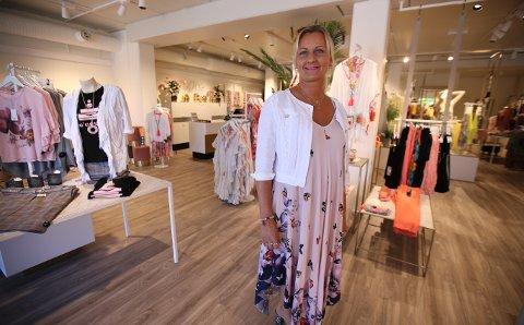 NY BUTIKK: Hilde Sandaker er storfornøyd med ny butikk i Varnaveien. – Lokalene er blitt veldig fine, sier hun.