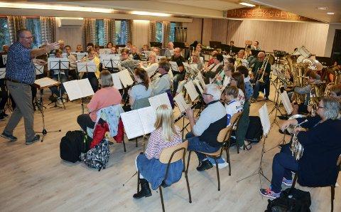 ENERGISK: Dirigent Geir Lorentzen ledet engasjert øvelsen for Moss og Omegn Janitsjar og gjestene fra Jeløy Musikkorps foran konserten i Østfoldkirken førstkommende søndag.