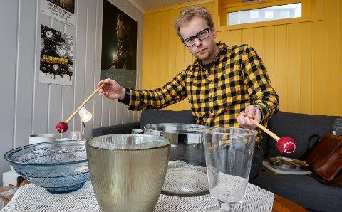 MOSSEKOMPONIST: Verket «Everything Sings – part 1» av Stian Omenås skal urfremføres i Moss kirke – på glassboller han har kjøpt på Fretex.