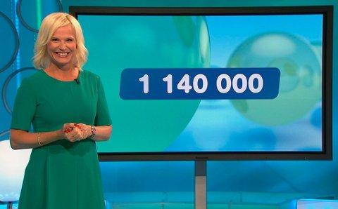 FULL POTT: Programleder Ingeborg Ludlow Myhre kunne smile om kapp med den nybakte Joker-millionæren onsdag 2. september. Foto: Fabelaktiv