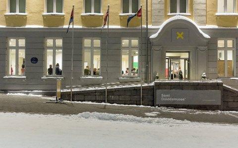 Nordnorsk kunstmuseum innfører inngangspenger. Her er museet i Sami daiddamuseas drakt.