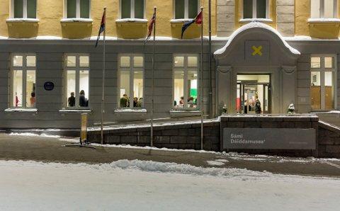 MUSEUMSPERFORMANCE: Sami daiddamusea bidro til tidenes publikumstall på Nordnorsk kunstmuseum - og nå har de vunnet Kunstkritikerprisen 2017 for prosjektet. Dette bildet er tatt under åpningen.