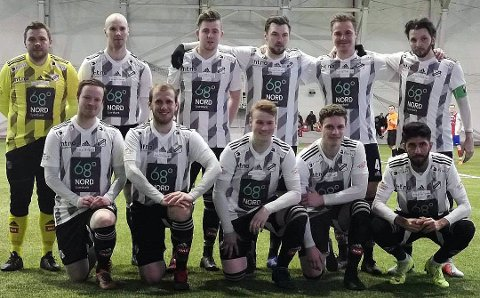 Disse elleve startet cupkvaliken for Landsås mot BOIF i Bardufosshallen. BOIF vant kampen etter ekstraomganger, men dommeren hadde misforstått regelverket og lagene spilte 20 minutter for kort tid. Foto: FK Landsås