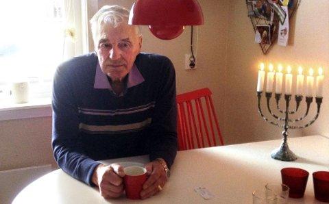 TENNER LYS FOR SØR-VARANGER: Jostein Eliassen er på besøk hos eldstesønnen på Nannestad. FOTO: Lars Eliassen