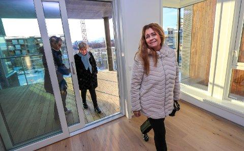 PÅ VISNING: Laila Henriksen var en av mange på visning i Tromsø på lørdag. Hun vurderer en bolig på Workinntoppen. Det samme gjør moren hennes, i bakgrunnen.