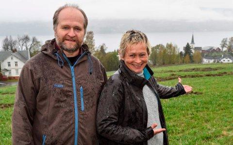 Lars Harald Weydahl og Line Bøe i Søndre land kommune byr fram to nye utsiktsområder for boligbygging i lia ovenfor Hov sentrum.