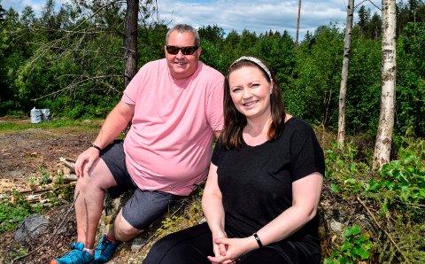 SMILET ER TILBAKE: Smilet er tilbake, om enn litt forsiktig, hos Linda og Eirik Berget Johansen. Nå vender de ryggen til boligmarerittet sitt i Landåsbygda til fordel for en ny boligdrøm i Fluberg.