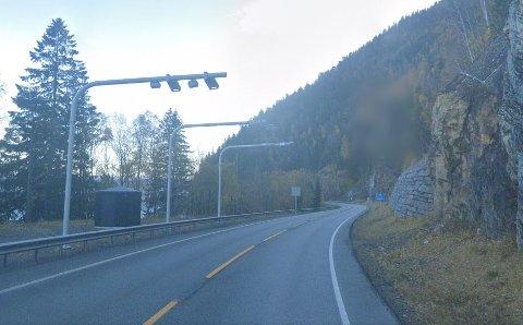BORT: Denne bommen nord for Falkentunnelen på fylkesvei 33 skal vekk, ifølge Morten Ørsal Johansen (Frp).