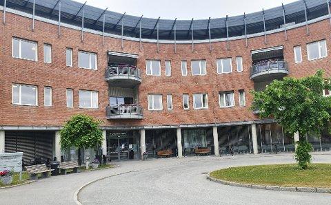 REAGERER PÅ KUTT: Kenneth Tvinnereim fra Gjøvik er pårørende som reagerer på forslaget om midlertidig å redusere plasser ved Haugtun.
