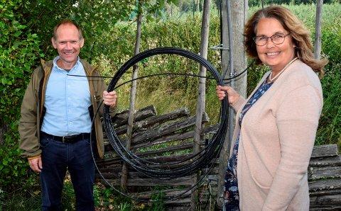 FIBER: – Det er kjekt å se at fiberkabelen nå strekkes ut i alle bebodde deler av kommunen, sier ordfører Anne Hagenborg og prosjektleder Knut Åge Berge.