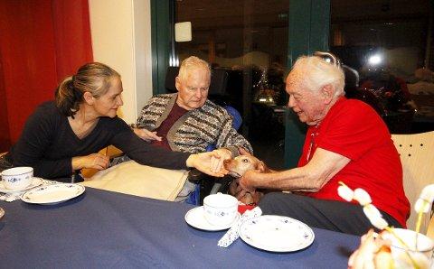 TRIVELIG: Isza og Jørgen A. Pedersen stortrives med å være på besøk og ser hvor mye besøket betyr. FOTO: STIG PERSSON