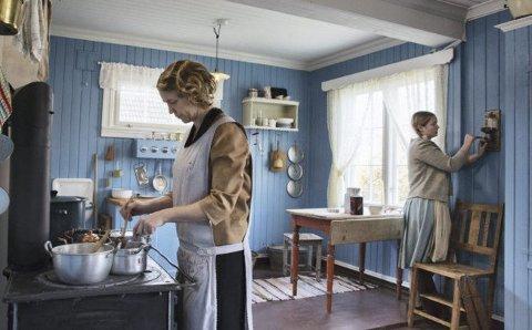 GAMMELDAGS: Mor Camilla og datter Maja jobber på kjøkkenet anno 1920. Foto: Bjørn Wad/TV2