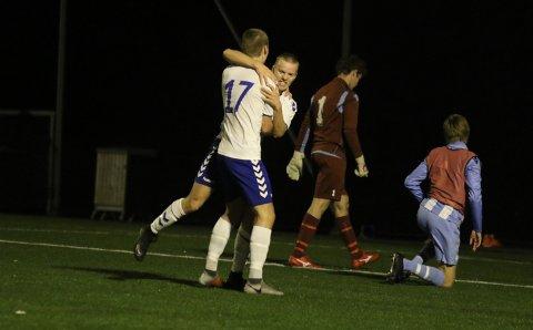 AVGJORDE: Henrik Kronborg har nettopp satt 2-1 i nettet og gratuleres av Matias Vedvik (17).
