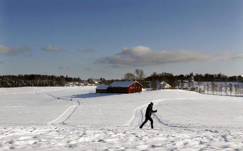 PERFEKTE FORHOLD: Det blir preparert til hopp, utfor og langrenn på Rullestadjordet i Ski.