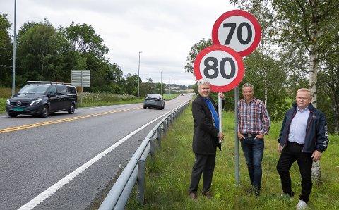 Frp-politikerne (fra venstre) Tønnes Steenersen, Jarle Ørnebo og Kjetil Barfelt jublet for økt fartsgrense.  Statens Vegvesen, Trygg Trafikk, Ski- og Ås kommune er derimot ikke fornøyd med forslaget.