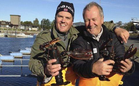 God fangst: Thomas, til venstre, og Svein Løvald med deler av første runde i årets hummersesong. Foto: Privat