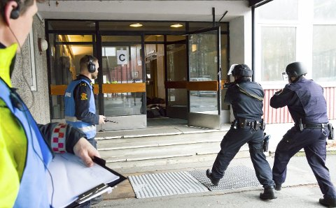 Taktikk: Politiet kommer først ved en melding om skyting og deres oppgave er å finne og uskadeliggjøre gjerningspersonen, slik at vedkommende ikke kan løsne flere skudd. På Byskogen skole gjorde de det onsdag. Foto: Elisabeth Løsnæs