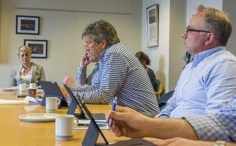 Ville spare mer: Høyres Bjørn Walle (i midten) og Bjarne Steen syntes innstillingen fra rådmannen om å redusere budsjettrammene med 20 millioner kroner årlig i 2017, 2018 og 2019 var i overkant forsiktig.Foto: Lasse Nordheim