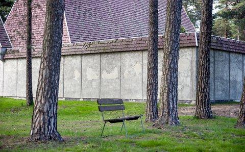MELLOM FUUTRÆRNE: En stille benk foran kapellet.