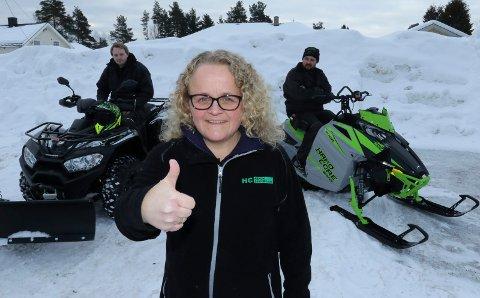 REKORDSALG: – Det er i ferd med å bli en fantastisk vintersesong for vår del, sier Stine Myrvold Foseid i Håkon Camping på Flisa.  Bak ansatte Annar Hagen, til venstre, og Stig Ottesen.