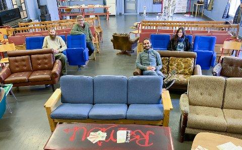 Slik har man sett film gjennom tidene: Fre trebenker til sofa. Arrangørene av Jubileumsfestival i Rambu, Marius Reed, Bersvend Salbu, Sergio Chavez og Esther Bresllin gikk for de litt mer komfortable sitteanordningene, og ingen tok rørstolen fra 1970-tallet.