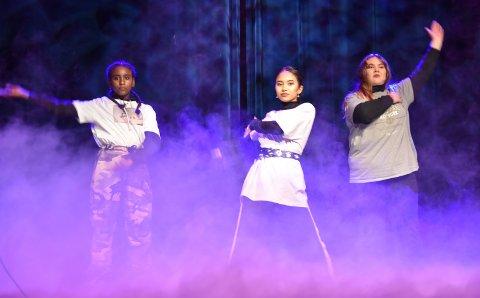 DANS: Danait Y. Mebrathu, Va Ni Par Bawihrin og Helene O. Østbakk utfoldet seg på scena i Løten kino.