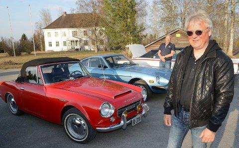 VIRKELIGE GODBITER: Hans Petter Skulstad foran med sin Datsun Fairlady 2000 Rollster 1969-modell, mens vi bak ser Tor Konttorp med sine Datsun Fairlady 260 Z.  Begeg bilene er sjeldne i Norge.