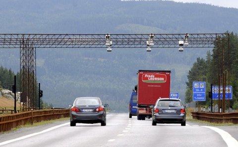 INGEN BOMRING: Det blir ingen jernring av bomstasjoner rundt Mjøsa. Politikerne vil finansiere det på andre måter. Foto: Knut Fjeld