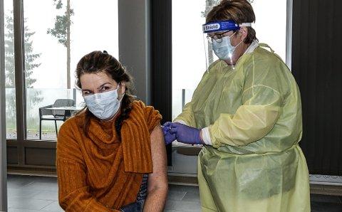 VAKSINERT: Mary Kristin Aas var en av mange som ble vaksinert i Våler i helga. Med sprøyten er  Mona Molberg.