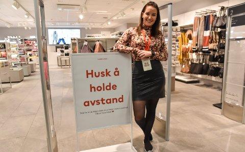 KLART BUDSKAP: Folk flest er flinke til å følge smittevernrådene, mener Jeanette Forårsveen, butikkmedarbeider hos Hennes & Mauritz på Kremmertorget.