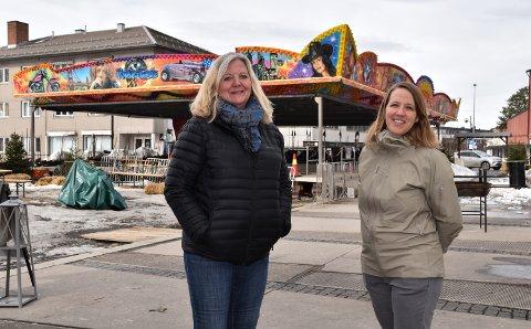 ÅPNER FOR STENGNING: Lillian Skjærvik (til venstre) og Eldri Svisdal har merket seg debatten om Rådhusplassen.