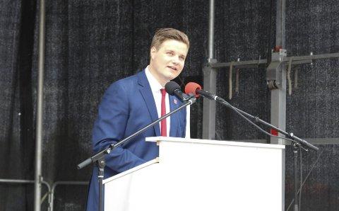 ENGASJERTE: Tobias D. Lund i Rød Ungdom engasjerte publikum med sin 1. mai-tale i Rådhustrappa.
