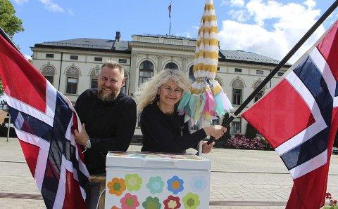 VIL VISE FRAM PORSGRUNN: Flagg og rullende isbar hører med når Tour of Norway-sirkuset dundrer gjennom Porsgrunn til fredag. Kjetil Haugersveen og Henriette Aas Sandvik er klare for folkefest.