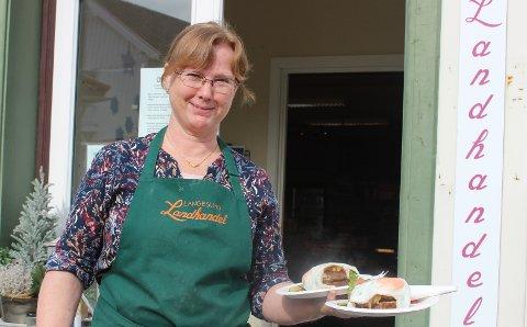 LANGESUND: Anna-Karin Hopen har stengt kafeen til Langesund Landhandel inne. Hun vasker bordene på torget og serverer karbonademørbrød, kaker og kaffe til kundene ute. – Vi som har små enkeltforetak i Bamble føler oss veldig alene i denne situasjonen med nedstengning av virksomhetene. Kommunen har ikke gitt informasjon eller tatt kontakt.