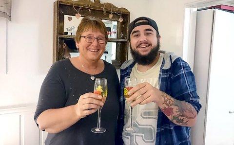 Ronny (21) og mamma Anne Karin (54) vant 100 000 kroner hver i Nabolaget fredag kveld.