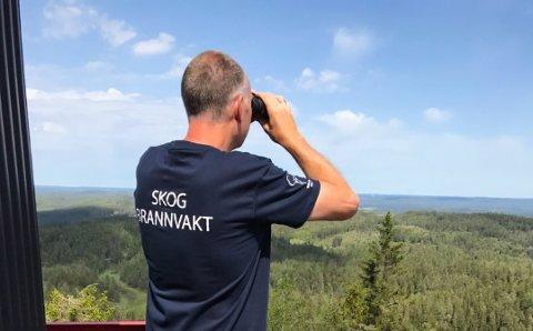 FØLGER MED: Jan Fausk er skogbrannvakt på Linnekleppen, og er tett på natur, vær og vind.