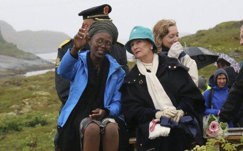 FORNØYD: Kunstneren Anawana Haloba i samtale med HKH Dronning Sonja