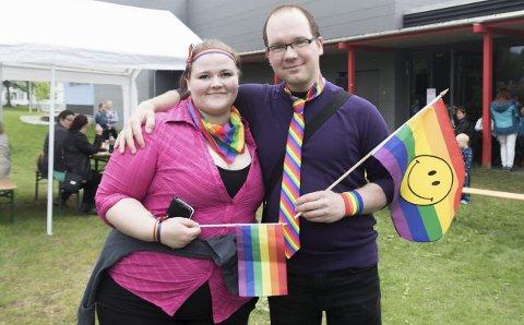 SAMHOLD: Hege Kristin Pettersen gikk i prideparaden for å støtte svigerbror Ken-Morten Røvassmo og alle andre med en minoritetslegning. FOTO: Vegard Anders Skorpen