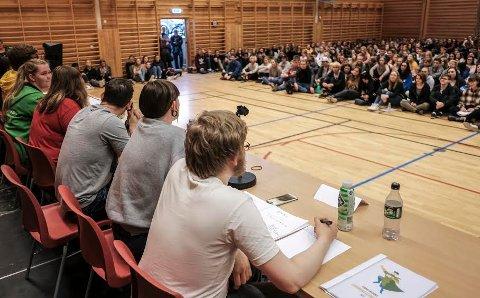 Politikerne i skoledebatten var kjempeengasjerte hele gjengen, og de fikk oss som var i salen med seg,  sier Venninnene Rikke Stokkli, Veronica Støre Johannessen og Ragnhild Halset.