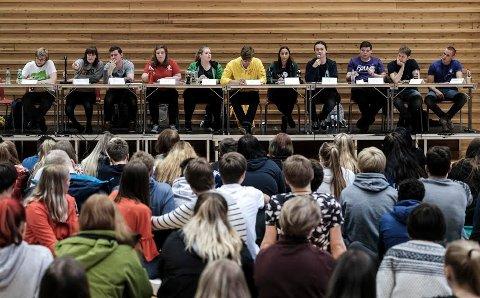 Skoledebatten, f.v.: MDGs Andreas Holand (19), Tiril Vold Hansen (20) fra Rødt, SVs Daniel Charles Hextall (24), Aps Emelie Johansen (21), Sps Anette Amalie Åbodsvik Bang (16), Øystein S. Sørvig (29) fra KrF, Amanda Bronder (17) fra Venstre, Erik Skaug Ingebrigtsen (17) fra Høyre, Frps Kristoffer Andersen (18), Kenneth Polden (28) fra Piratpartiet og Thomas Kvalbukt (19) fra Liberalistene.