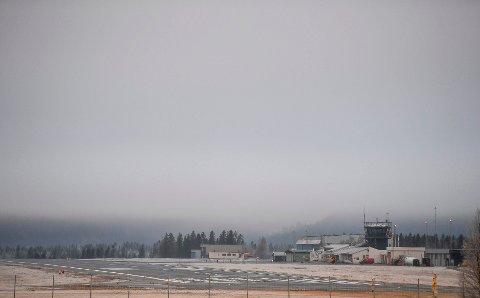 Tåka har ligget tykk over Røssvoll flyplass tirsdag og onsdag.