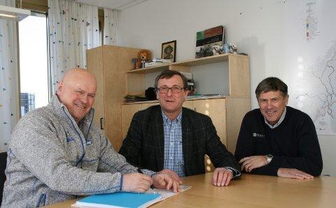 Kontraktssignering: (f.v.) Daglig leder i BetonmastHæhre Anlegg AS, Albert Hæhre, områdedirektør Thor Brækkan og daglig leder i Gunnar Holth grusforretning AS Roy Holth deltok på signeringen.