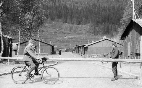 Adolf Hitler Strasse på fangeleiren i Dunderlandsdalen i 1943.