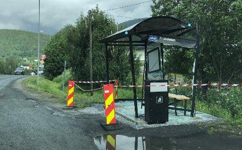 Busskuret i Kråkdalen er fullstendig smadret.