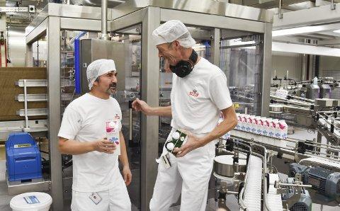 NY LINJE: Produksjonslinjen som lager laktosefri melk, er ny. Her har Erol Akbaba (t.v.) og Stig Rune Slæprud kontroll.