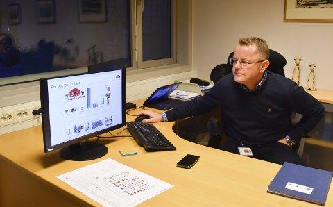 SJEF: Meierisjef Lars Tore Ramsberg viser en grafikk som forteller om melkas reise fra kua og til ferdig produkt.