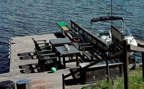 STOR BRYGGE: Kommunen dro på befaring til det aktuelle området forrige måned. De fant da en stor brygge med platting, to båtplasser, stupebrett, stor sitteplass og badestamp i strandsonen.