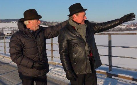 SKUER UTOVER: Eldar Vågan (t.h.) og tidligere finansminister Sigbjørn Johnsen har gått sammen om å spille inn låta  «Innlandet (midt i væla)», som i tekst og tone en gang for alle skal forene Oppland og Hedmark.